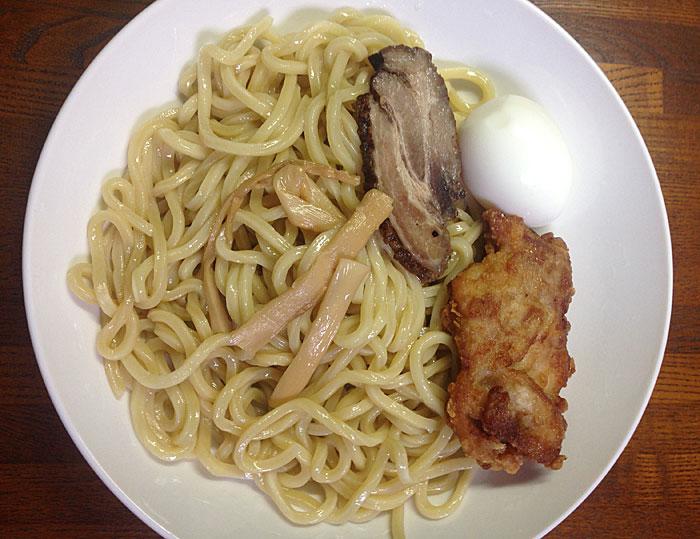 揚げ鶏と卵と具付きつけ麺